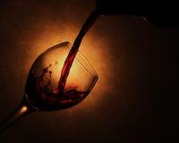 Vinho que derrama no vidro Fotografia de Stock Royalty Free