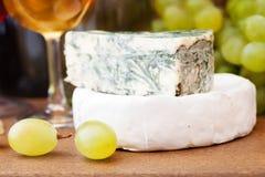 Vinho que derrama no vidro de vinho Queijo, uvas dentro Imagem de Stock Royalty Free
