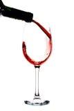 Vinho que está sendo derramado em um vidro de vinho Imagens de Stock Royalty Free