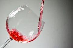 Vinho que puring dentro a um vidro de vinho Fotografia de Stock