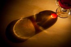 Vinho quente e Natal do inverno com várias especiarias Fotografia de Stock