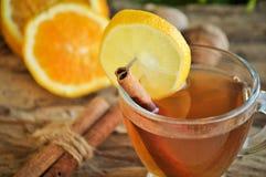 Vinho quente para o inverno e o Natal com laranja e as especiarias deliciosas Foto de Stock Royalty Free