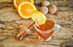 Vinho quente para o inverno e o Natal com laranja e as especiarias deliciosas Imagens de Stock
