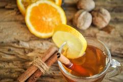 Vinho quente para o inverno e o Natal com laranja e as especiarias deliciosas Fotos de Stock Royalty Free