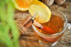 Vinho quente para o inverno e o Natal com laranja e as especiarias deliciosas Foto de Stock