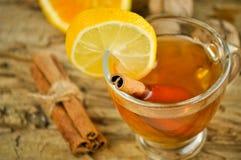 Vinho quente para o inverno e o Natal com laranja e as especiarias deliciosas Imagem de Stock