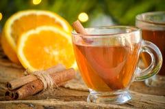 Vinho quente para o inverno e o Natal com laranja e as especiarias deliciosas Fotografia de Stock