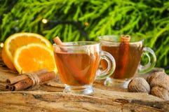 Vinho quente para o inverno e o Natal com laranja e as especiarias deliciosas Imagem de Stock Royalty Free