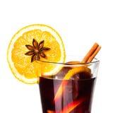 Vinho quente por feriados do inverno e do Natal com laranja e spi Fotografia de Stock