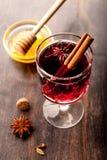 Vinho quente (vinho ferventado com especiarias) com especiarias e mel Foto de Stock