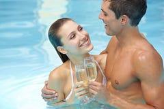 Vinho sparkling bebendo dos pares Imagem de Stock
