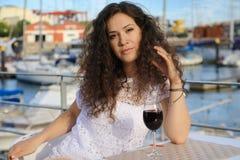Vinho tinto bebendo da jovem mulher bonita Foto de Stock Royalty Free
