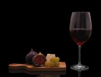 Vinho tinto com queijo, figos e uvas Fotos de Stock