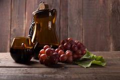 Vinho tinto com uva fresca Imagem de Stock Royalty Free