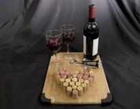 Vinho tinto com vidros e cortiça de vinho Fotos de Stock Royalty Free
