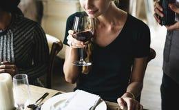 Vinho tinto do gosto da mulher em um restaurante elegante imagem de stock