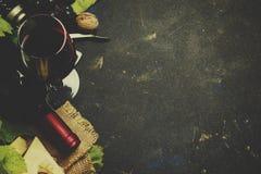 Vinho tinto e petiscos, conceito italiano do alimento, vista superior e im tonificado foto de stock