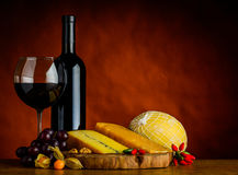 Vinho tinto e queijo com espaço da cópia Imagens de Stock Royalty Free