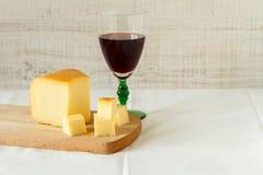 Vinho tinto e uma parte de queijo Fotografia de Stock Royalty Free