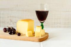 Vinho tinto e uma parte de queijo Fotografia de Stock