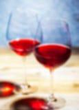 Vinho tinto em dois cálices borrão romântico Fotografia de Stock