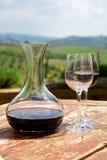 Vinho tinto em uma garrafa do vinho e vidros em dois de vinho Foto de Stock Royalty Free