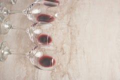 Vinho tinto em vidros de vinho transparentes em um fundo do betton com espaço Nouveau de Bojole, barra de vinho, adega, winemakin fotos de stock royalty free