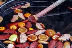 Vinho tinto ferventado com especiarias com frutos 1 Fotografia de Stock Royalty Free