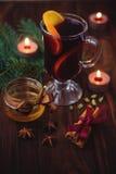 Vinho tinto ferventado com especiarias com laranja Fotografia de Stock Royalty Free