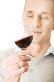 Vinho tinto maduro do gosto do homem Foto de Stock