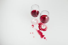 Vinho tinto nos vidros e derramado isolado para fora no branco Fotos de Stock Royalty Free
