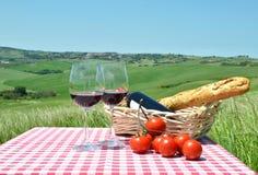 Vinho tinto, pão e tomates Fotografia de Stock