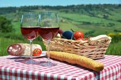 Vinho tinto, pão e tomates Imagens de Stock