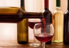 Vinho tinto que derrama no vidro, close-up Fotografia de Stock Royalty Free
