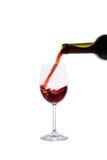 Vinho tinto que derrama no vidro de vinho