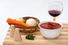 Vinho tinto, tomate descascado, aneto e vegetais para o preparatio do alimento Foto de Stock