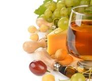 Vinho, uvas e queijo Fotografia de Stock