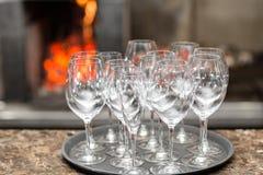 Vinho vazio dos vidros no restaurante Água de vidro Uma bandeja de vidros de vinho em um copo de água Imagem de Stock