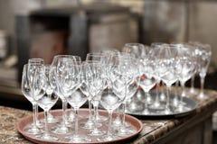 Vinho vazio dos vidros no restaurante Água de vidro Uma bandeja de vidros de vinho em um copo de água Fotos de Stock Royalty Free