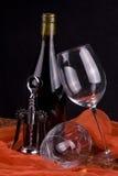 Vinho vermelho, corkscrew e vidros Foto de Stock Royalty Free