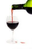Vinho vermelho de derramamento Fotografia de Stock