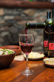 Vinho vermelho de derramamento foto de stock