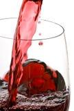 Vinho vermelho de derramamento isolado no branco fotos de stock royalty free