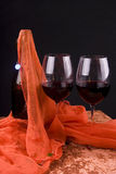 Vinho vermelho e pano vermelho Fotos de Stock Royalty Free