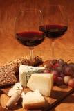 Vinho vermelho e queijo Fotografia de Stock