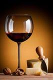 Vinho vermelho e queijo duro Foto de Stock Royalty Free