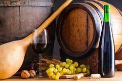 Vinho vermelho e tambores de madeira Fotografia de Stock Royalty Free