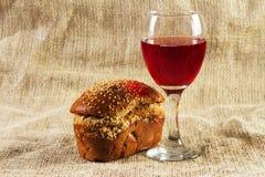 Vinho vermelho e uvas no fundo do vintage Imagem de Stock