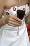Vinho vermelho na mão da noiva Fotos de Stock