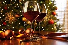 Vinho vermelho na árvore de Natal da tabela Imagem de Stock Royalty Free
